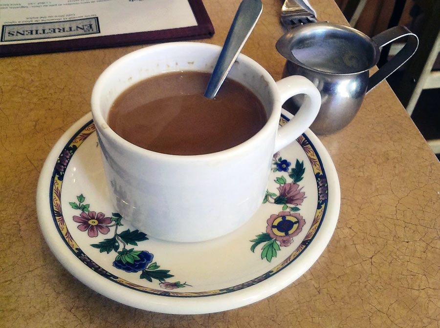 La tasse de thé en porcelaine du café les entretiens