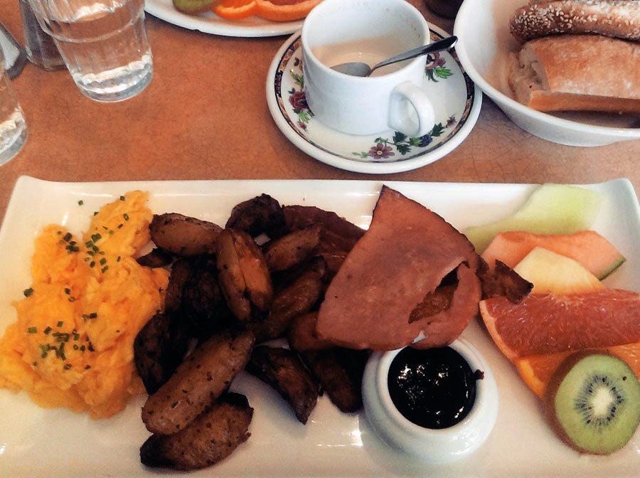 une délicieuse assiette de brunch au café les entretiens