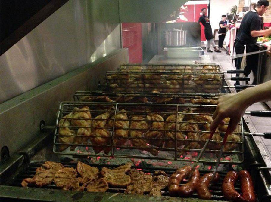 les poulets grillés sur le charbon de bois - ma poule mouillée