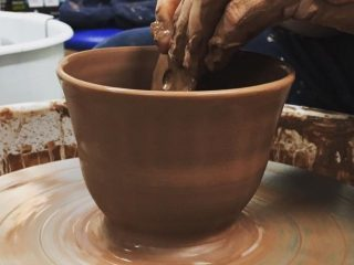 Argile Café et Atelier - Cours de poterie