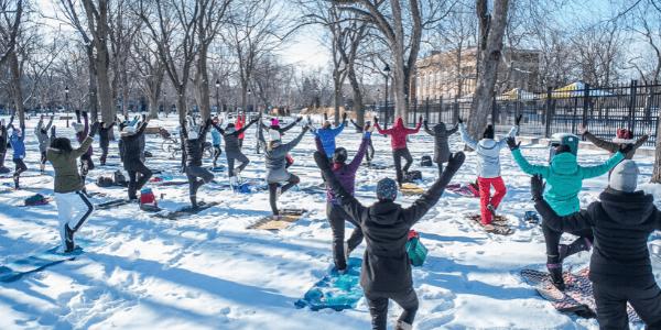 Yoga sous la neige à Montréal